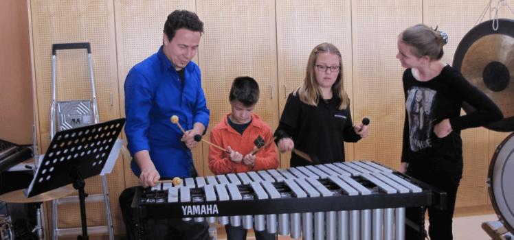 Nachwuchstag Musikverein Grafenrheinfeld Instrumente ausprobieren Youngsters Jugendblasorchester