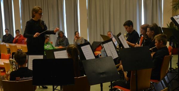 Musikverein Grafenrheinfeld Magdalena Haßelbacher Dirigentin Nachwuchsorchester JBO Youngsters Weihnachtskonzert 2019 Magdi