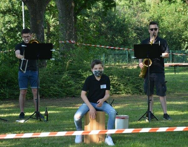 Die bei Musik aus dem Fenster gegründete Band Bandemie feierte auf der Serenade des Musikverein Grafenrheinfeld ihr Debüt mit Stimmungsmusik und Blasmusik