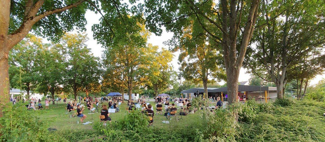 Die Rafelder Musikanten und ihr Dirigent Raphael Schollenberger eröffneten und beendeten die Sommerserenade des Musikverein Grafenrheinfeld an der Rafelder Fahrradhalle