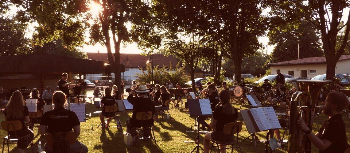 Die Rafelder Musikanten und ihr Dirigent Raphael Schollenberger begeistern mit zünftiger Blasmusik und mitreißender Stimmungsmusik an der Sommerserenade 2020
