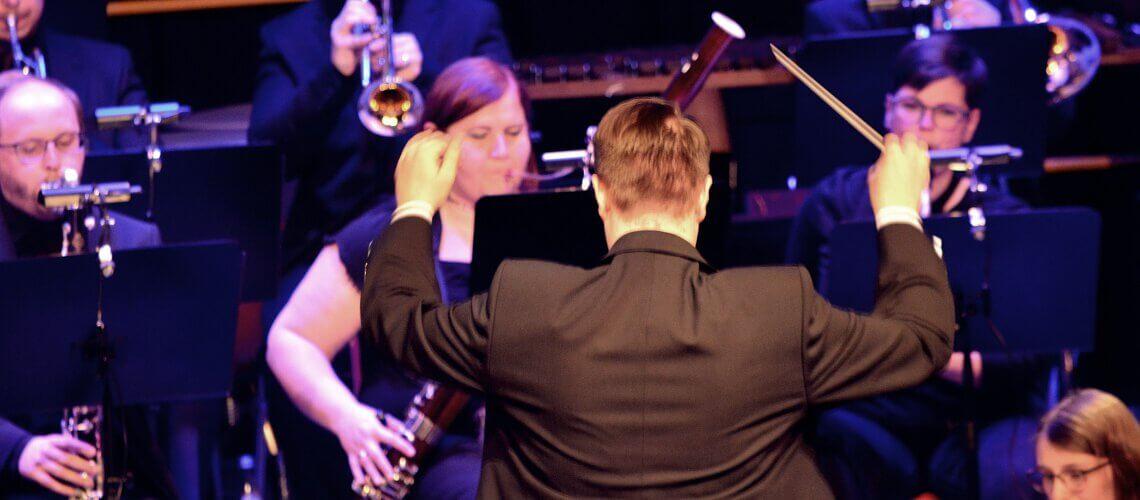 Raphael Schollenberger dirigiert das Symphonische Blasorchester SBO des Musikverein Grafenrheinfeld in der Kulturhalle Grafenrheinfeld