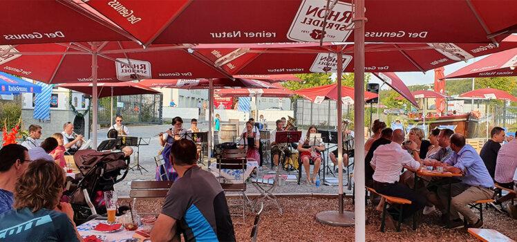 Die Rafelder Musikanten spielten Blasmusik auf der kleinen Wiesn im Neuschter Sommerfleck.